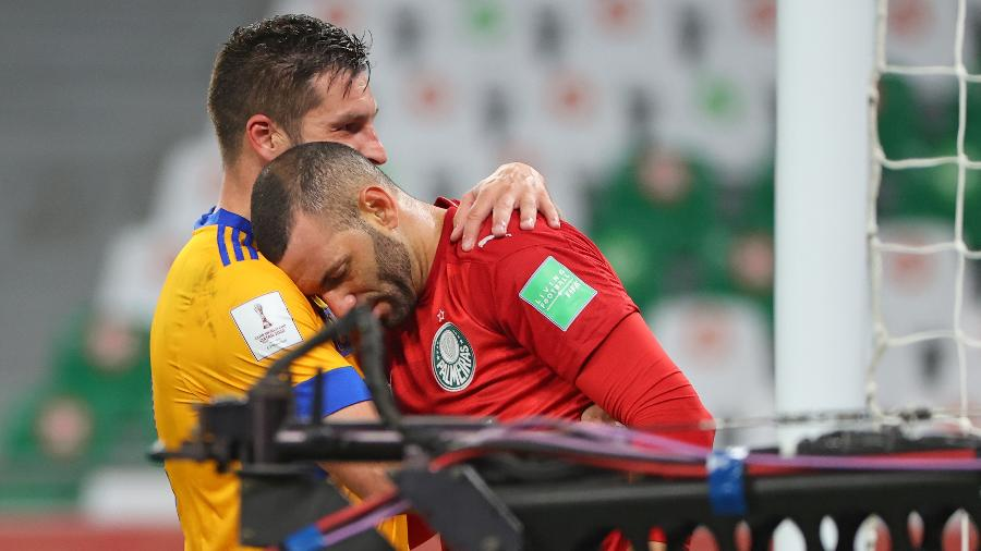 Weverton é consolado pelo carrasco Gignac após o Tigres derrotar o Palmeiras na semifinal do Mundial de Clubes - Karim JAAFAR / AFP