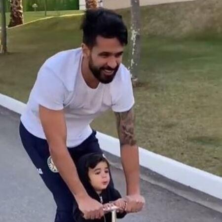 Luan, zagueiro do Palmeiras, brincando com os filhos - Reprodução