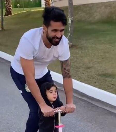 Luan, zagueiro do Palmeiras, brincando com os filhos