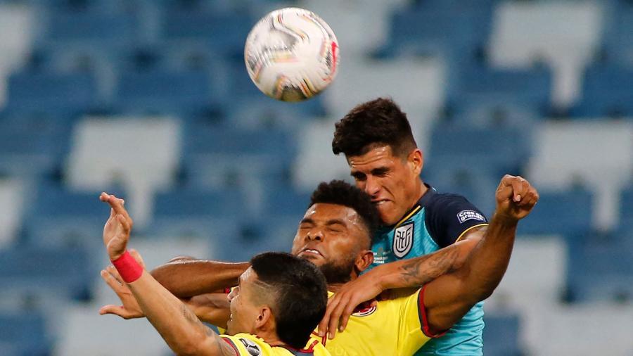Jogadores de Colômbia e Equador disputam a bola na pirmeira rodada da Copa América - SILVIO AVILA / AFP