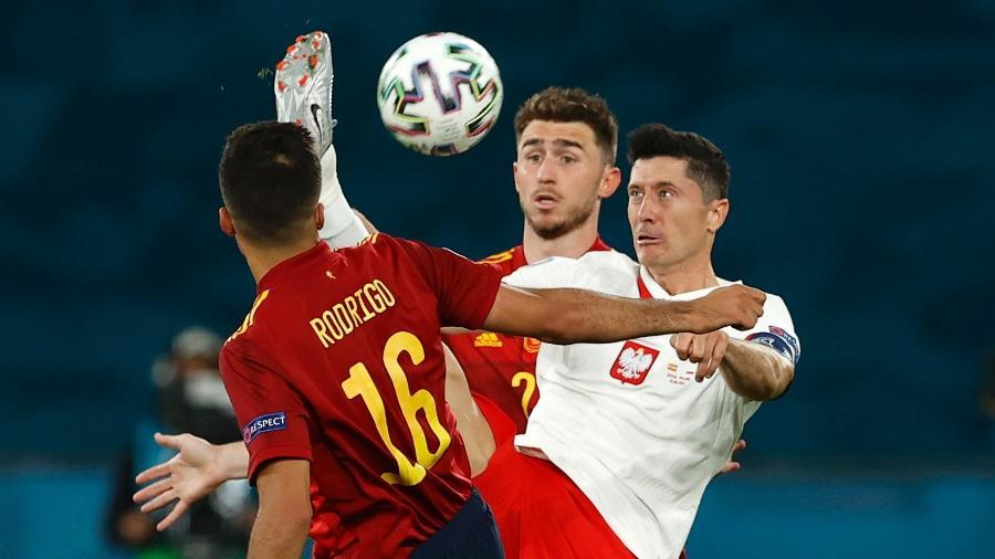 Lewandowski briga pela bola no duelo entre Espanha e Polônia, pela Eurocopa - Marcelo Del Pozo - Pool/Getty Images