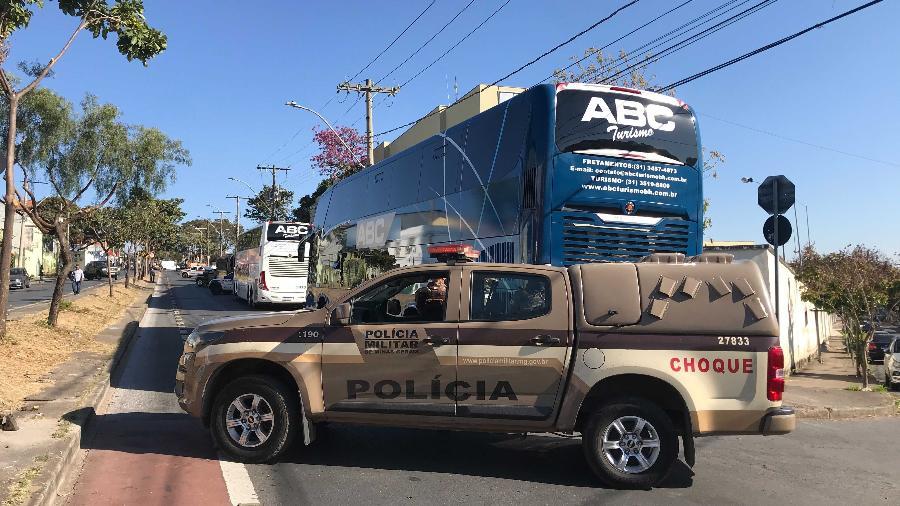 Delegação do Boca Juniors aguarda em frente à delegacia enquanto detidos prestam depoimento - Daniela Mallmann/Colaboração para o UOL