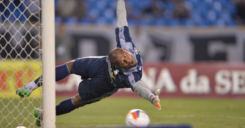 Jefferson tenta defender cobrança de pênalti polêmico no duelo entre Botafogo e Ceará pela série B