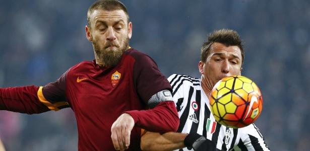 De Rossi se desentendeu com Mandzukic durante a partida entre Roma e Juventus - STEFANO RELLANDINI/REUTERS