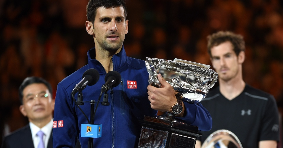 Novak Djokovic recebe o troféu do Aberto da Austrália