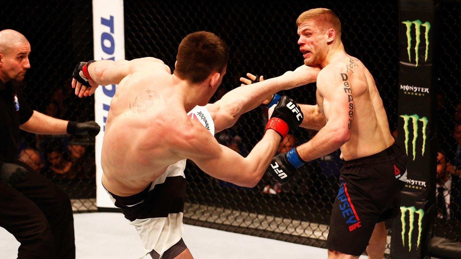 Com chute alto, Scott Askham (esq.) nocauteia Chris Dempsey, em luta neste sábado (27), no UFC em Londres
