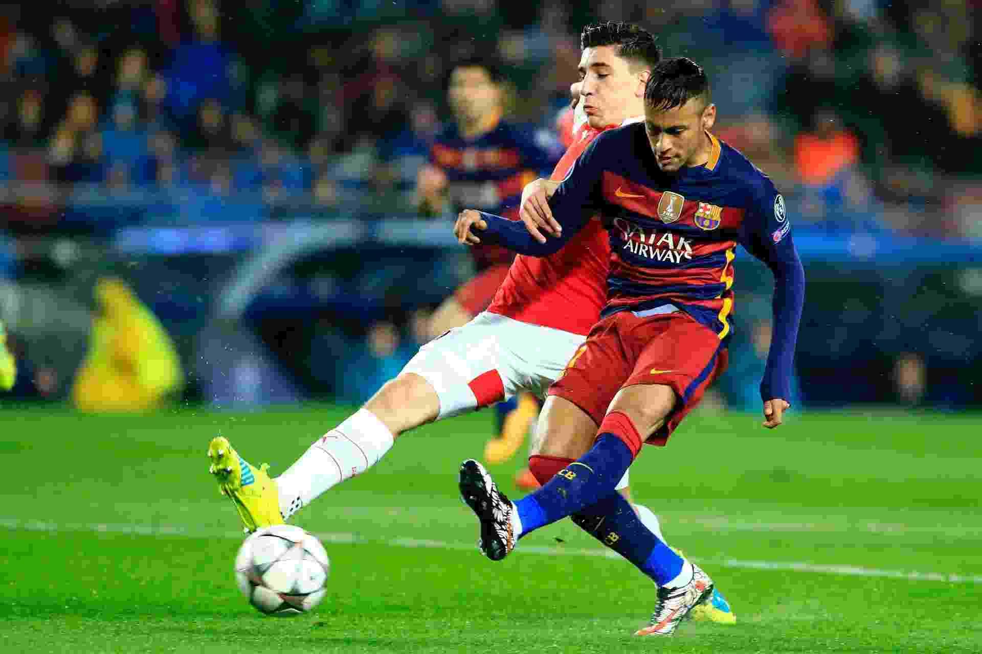 Neymar bate de esquerda para superar Ospina e marcar o primeiro gol do Barcelona contra o Arsenal pela Liga dos Campeões - Pau Barrena/AFP Photo