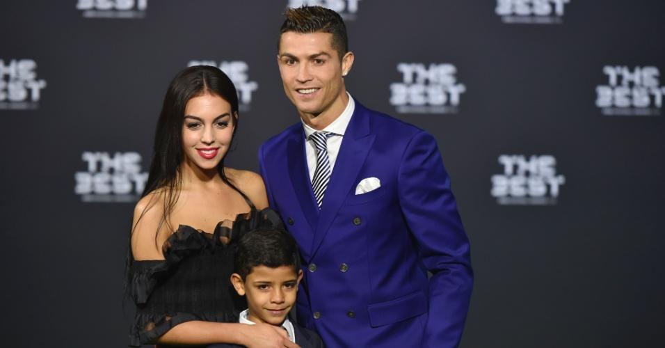 Cristiano Ronaldo chega acompanhado de namorada e filho