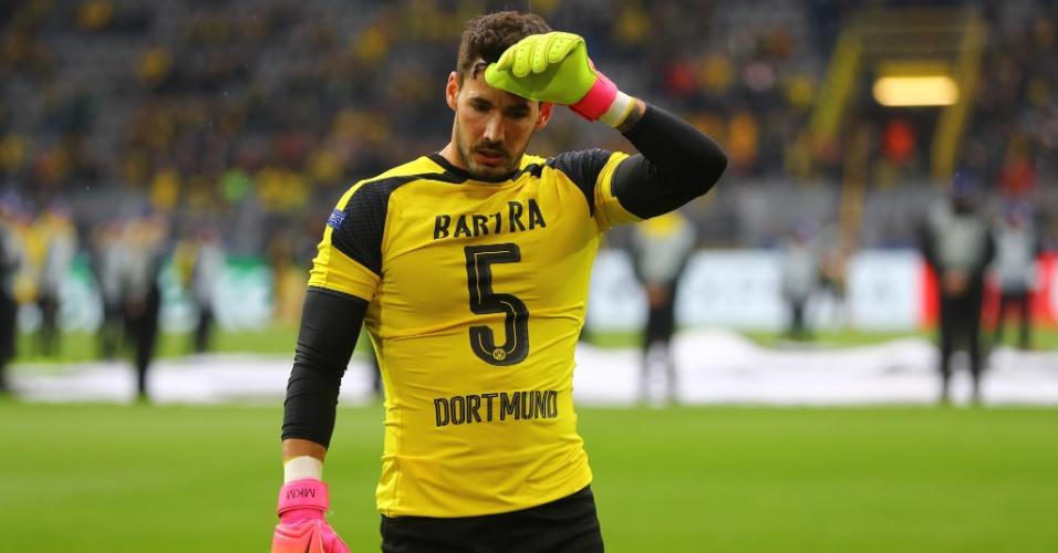 Goleiro Burki usa a camisa do zagueiro Marc Bartra, ferido no ataque ao ônibus do Borussia Dortmund