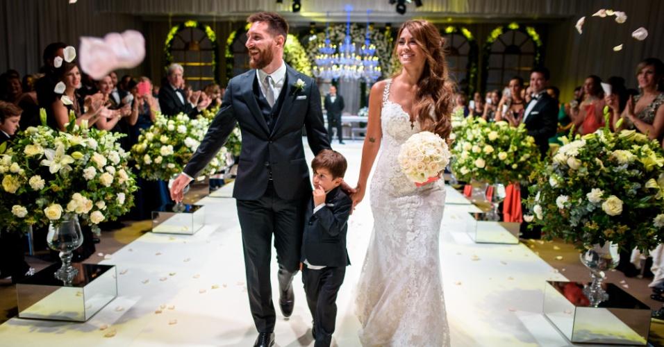 Lionel Messi e Antonella Roccuzzo deixaram o altar acompanhados do filho Thiago