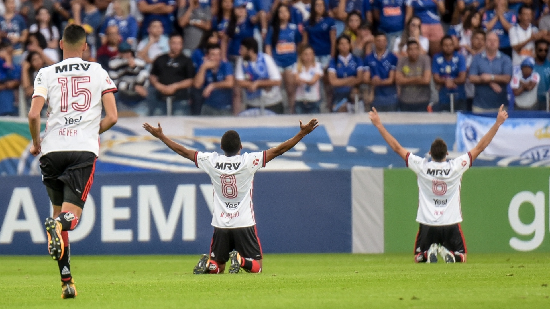 Jogadores do Flamengo comemoram o gol de Éverton diante do Cruzeiro pelo Campeonato Brasileiro 2017
