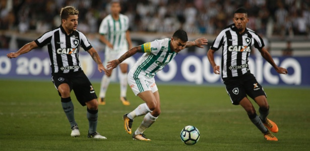Victor Luis em ação pelo Botafogo contra o Palmeiras