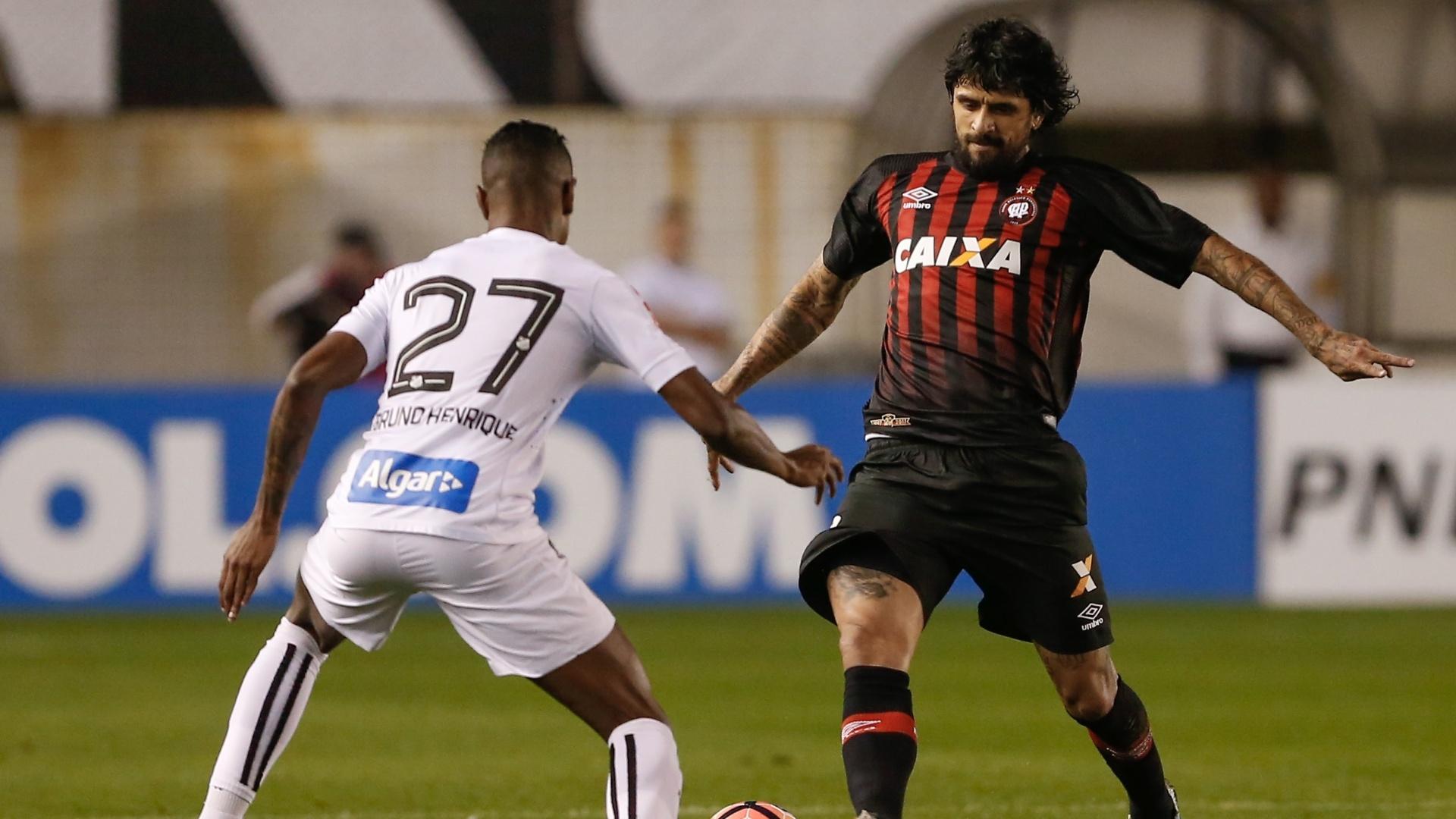 Bruno Henrique, do Santos, disputa lance com Lucho Gonzalez, do Atletico-PR, durante partida pela Copa Libertadores