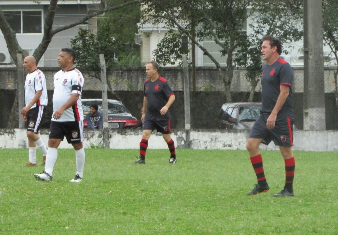 Cuca joga torneio da várzea e faz gol com a camisa do Flamengo