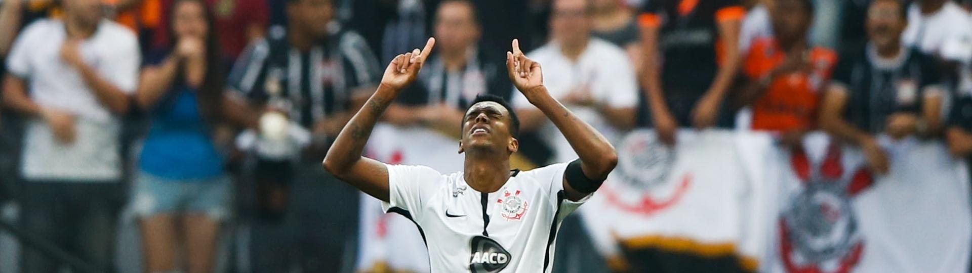 Jô, do Corinthians, comemora gol contra o Vasco (17/09/2017)