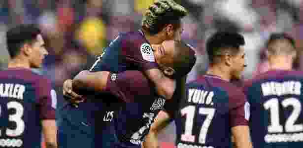 Neymar é abraçado por Mbappé após lindo gol de falta marcado pelo brasileiro contra o Bordeaux - AFP