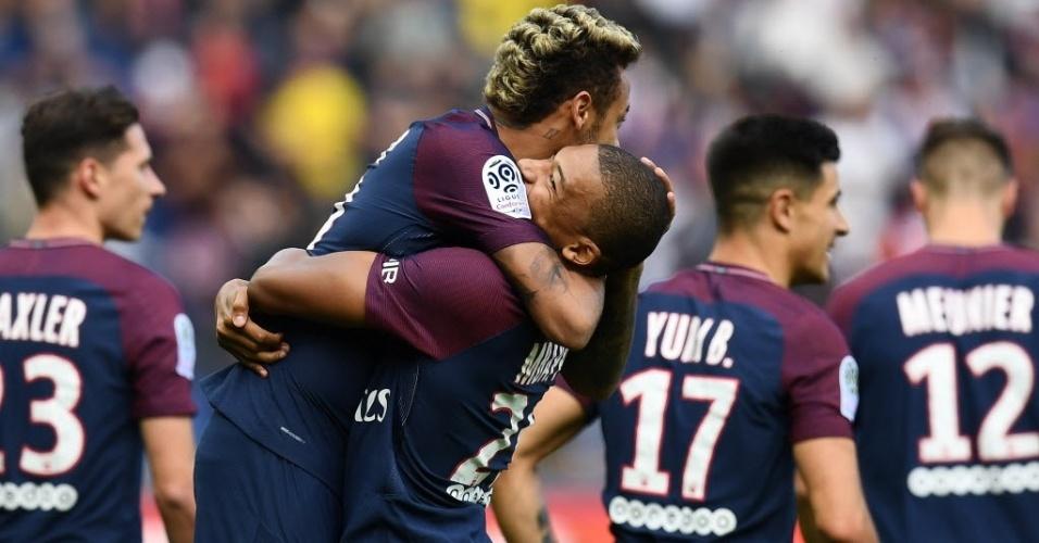 Neymar é abraçado por Mbappé após lindo gol de falta marcado pelo brasileiro contra o Bordeaux