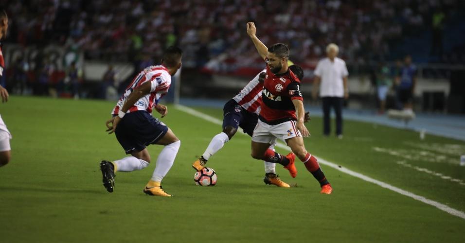 Meia do Flamengo, Diego tenta passar pela marcação dos jogadores do Junior