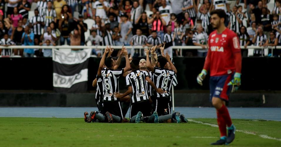Jogadores do Botafogo comemoram gol de Brenner contra o Cruzeiro