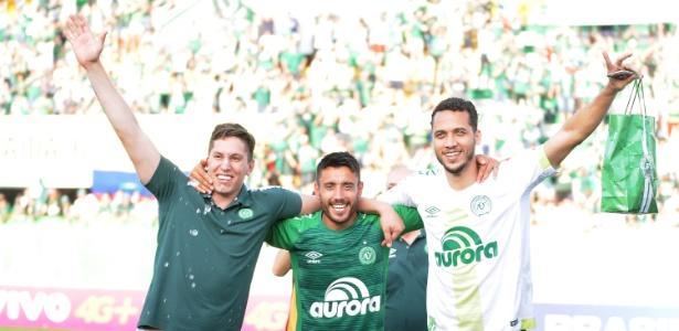 Sobreviventes de acidente aéreo, Jakson Follmann, Alan Ruschel e Neto comemoram classificação da Chapecoense à Libertadores
