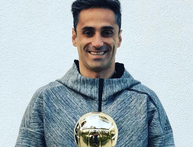 Jonas recebe troféu em Portugal