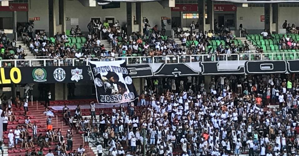Bandeira com o rosto de Ronaldinho na torcida do Atlético-MG
