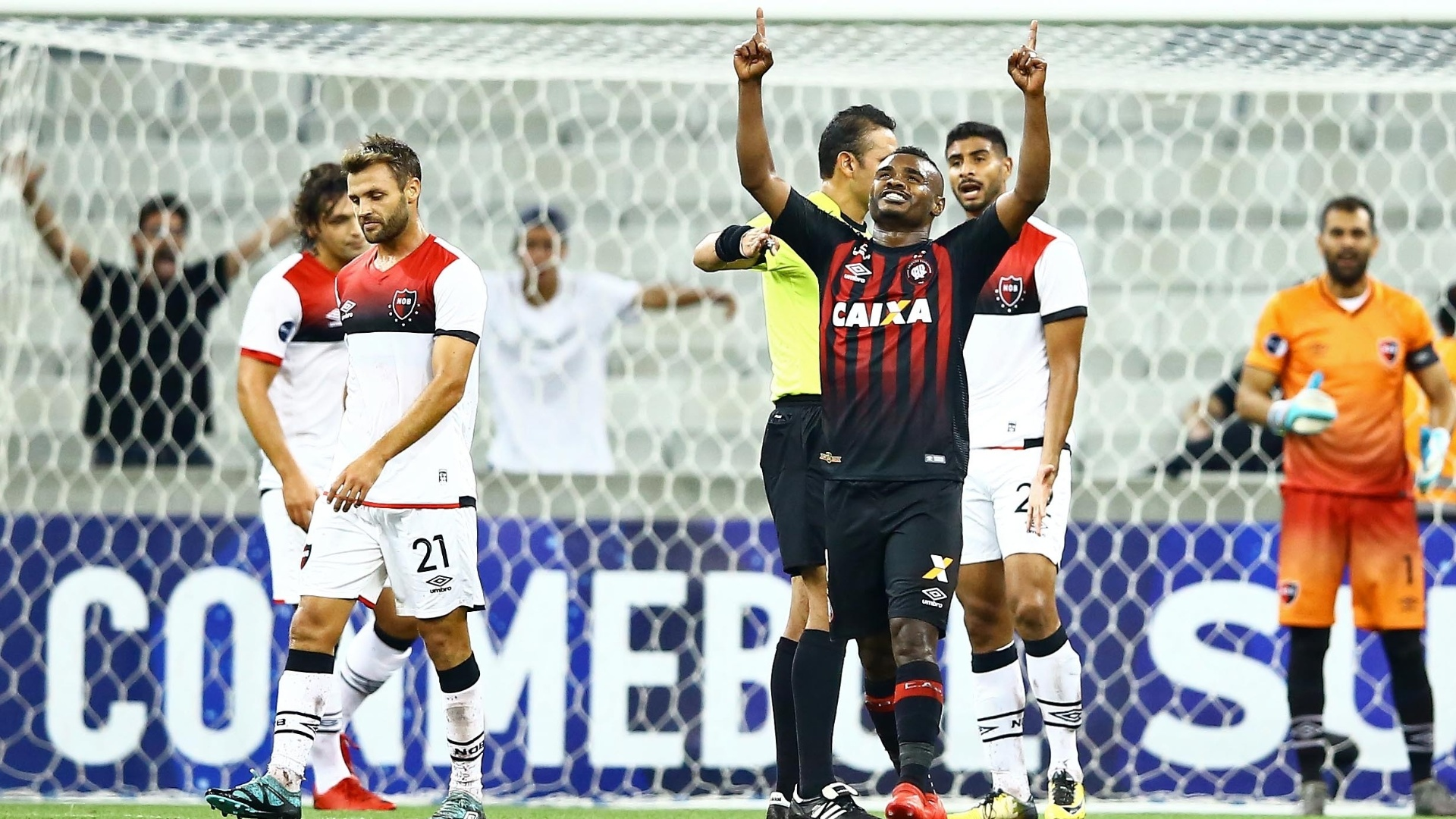 Nikão comemora o segundo gol do Atlético-PR diante do Newell's Old Boys, pela Sul-Americana