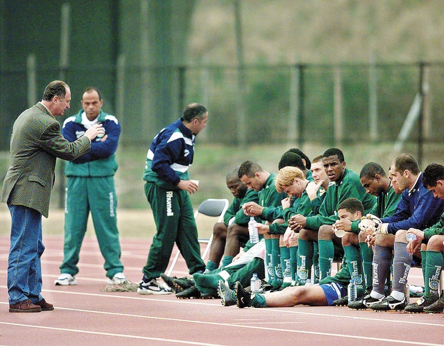 Felipão conversa com jogadores do Palmeiras durante amistoso que serviu de preparação para o Mundial de 1999