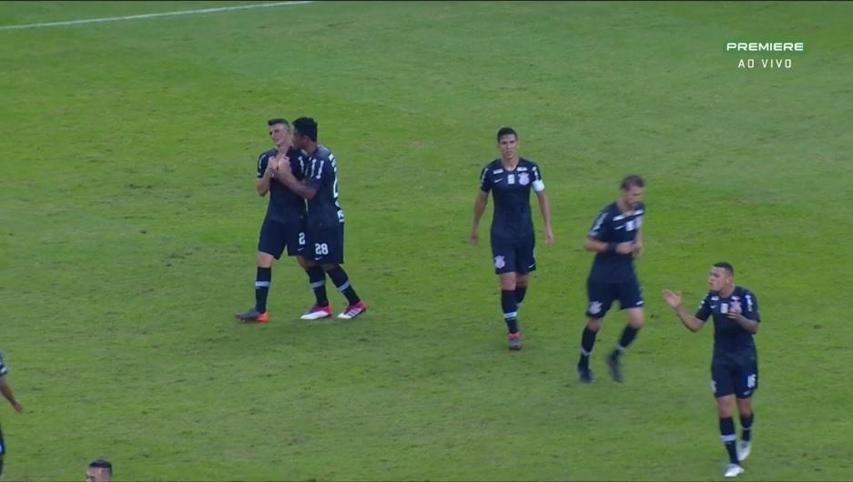 Mantuan é consolado após erro na partida do Corinthians contra o Inter