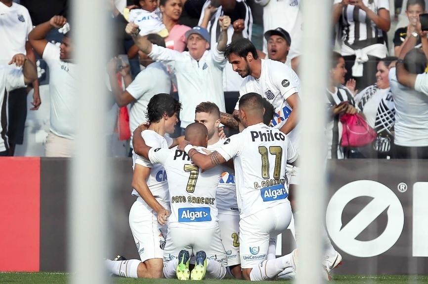 Jogadores do Santos comemoram vitória contra o Sport f5306fd5c79ad