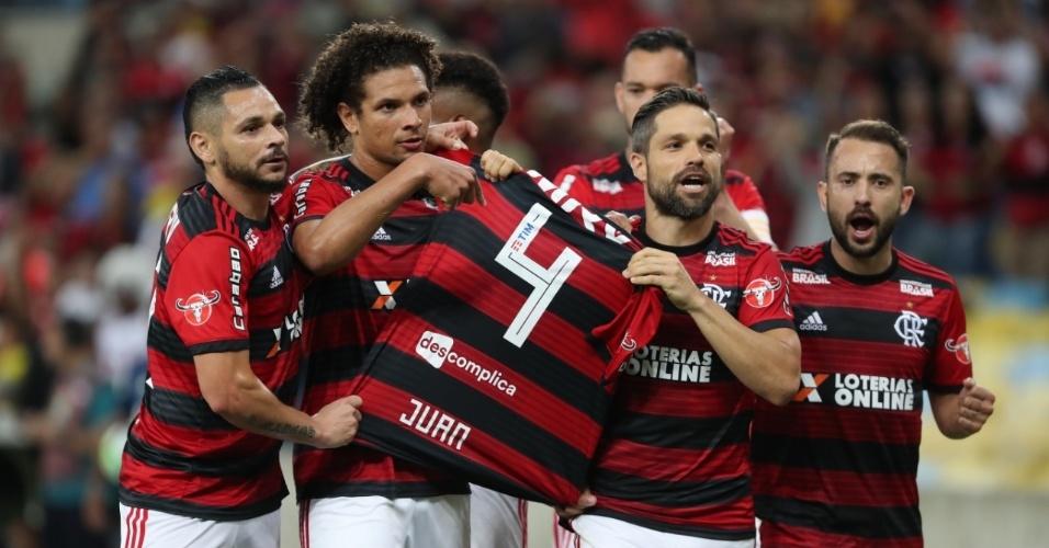 Após marcar pelo Flamengo contra a Chapecoense, Diego homenageia o lesionado Juan