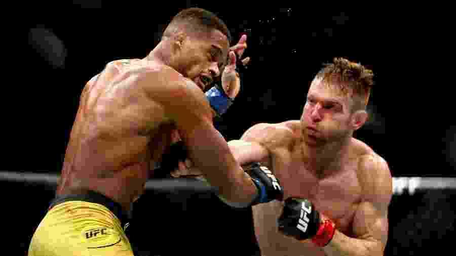 "Alan ""Nuguette"" (esquerda) enfrenta Scott Holtzman no UFC em Las Vegas - Harry How/Getty Images"