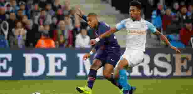 Mbappé chuta para marcar para o PSG contra o Olympique de Marselha - REUTERS/Jean-Paul Pelissier - REUTERS/Jean-Paul Pelissier
