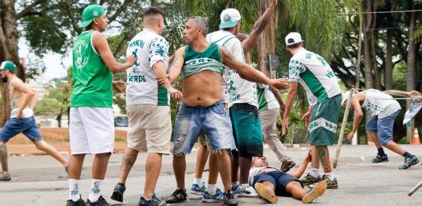 Palmeirense fica ferido durante confusão com torcida da Ponte Preta em Campinas - MAYCON SOLDAN/FOTOARENA/FOTOARENA/ESTADÃO CONTEÚDO