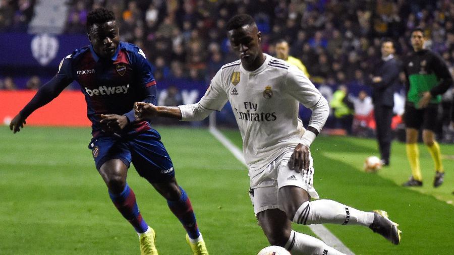 Vinícius Jr em ação pelo Real Madrid contra o Levante  - JOSE JORDAN / AFP