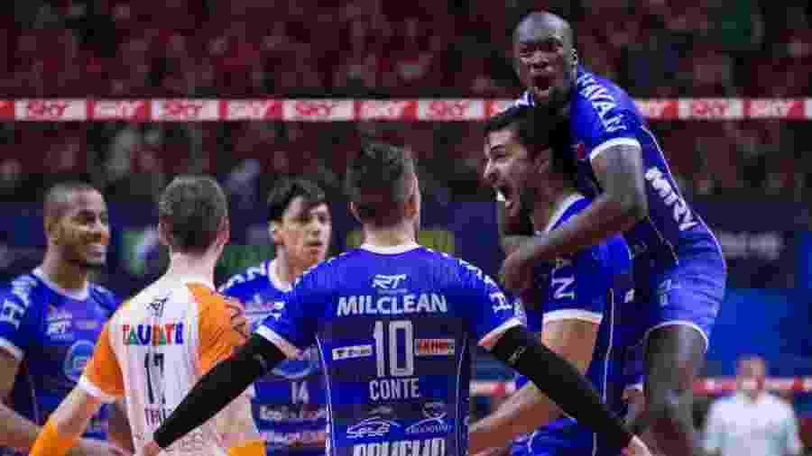 Jogadores do Taubaté comemoram ponto contra o Sesi no quinto jogo das finais da Superliga masculina 2019 - Guilherme Cirino/Saída de Rede