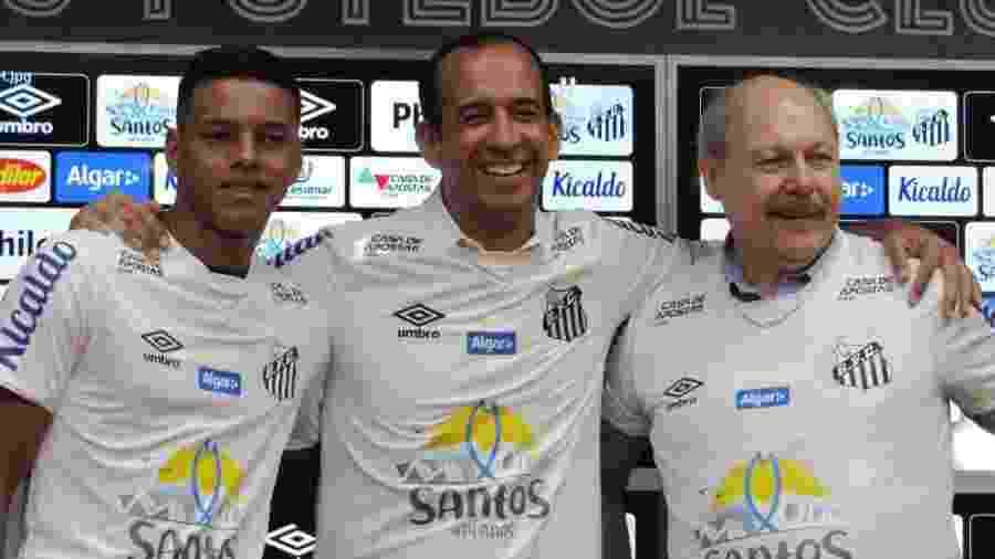 Paulo Alexandre Barbosa, prefeito de Santos, entre o atacante Tailson (E) e o presidente do clube, José Carlos Peres - UOL Esporte