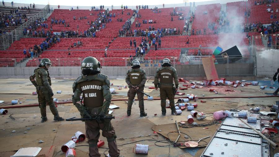 Polícia chilena dispersa torcida da Universidad de Chile durante partida contra o Inter no estádio Nacional de Santiago - REUTERS/Edgard Garrido ORG XMIT: AIMEX