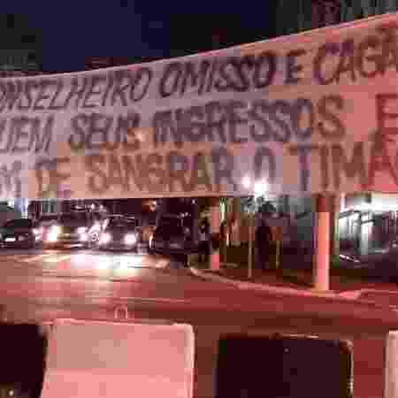 Torcedores do Corinthians protestam em frente ao Parque São Jorge - Reprodução/Twitter