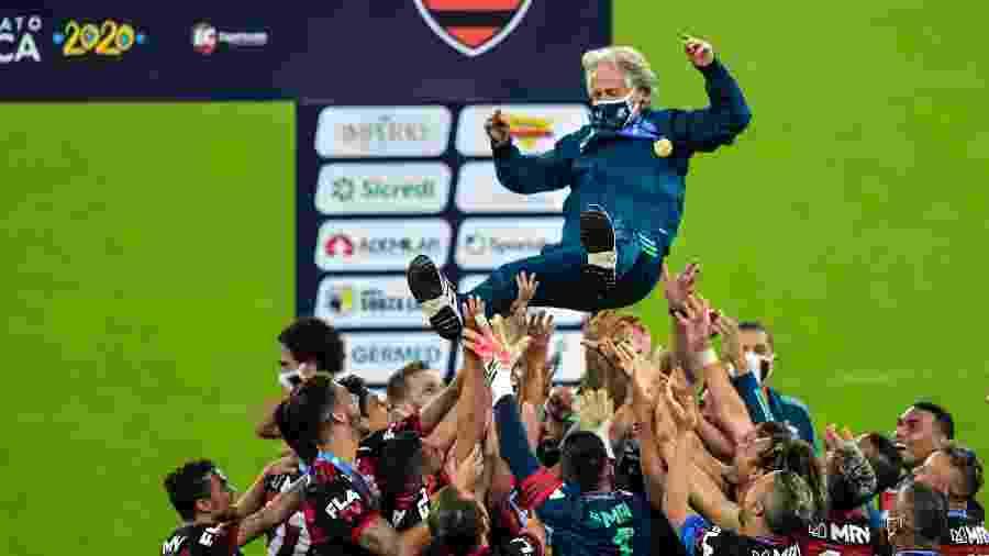 O técnico Jorge Jesus é erguido pelos jogadores do Flamengo depois da conquista do Bi Carioca 2019/2020 - Thiago Ribeiro/AGIF