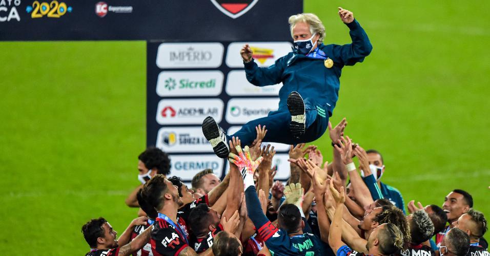 Jorge Jesus é erguido pelo time do Flamengo depois da conquista do Carioca 2020