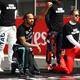 Lewis Hamilton, da Mercedes, ao lado de Sebastian Vettel, da Ferrari, durante protesto antirracismo no GP de Silverstone - Bryn Lennon/Getty Images