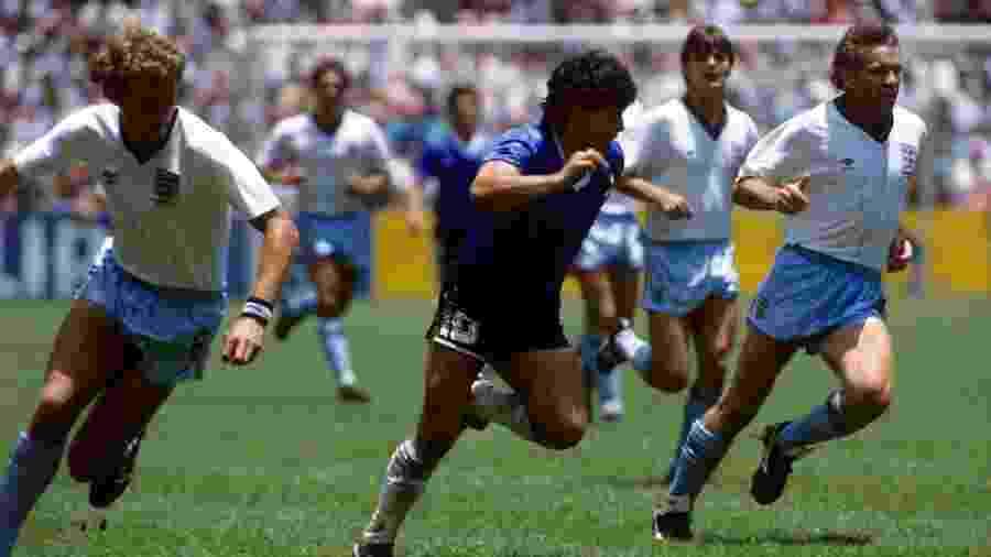 Diego Maradona, no centro, cercado por marcadores ingleses na Copa do Mundo do México, em 1986 - Peter Robinson - EMPICS/PA Images via Getty Images