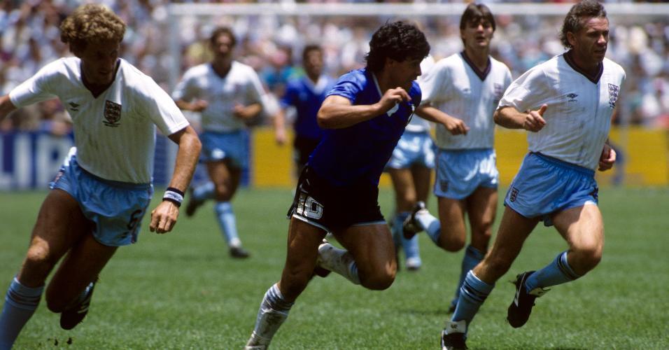 Diego Maradona, no centro, cercado por marcadores ingleses na Copa do Mundo do México, em 1986