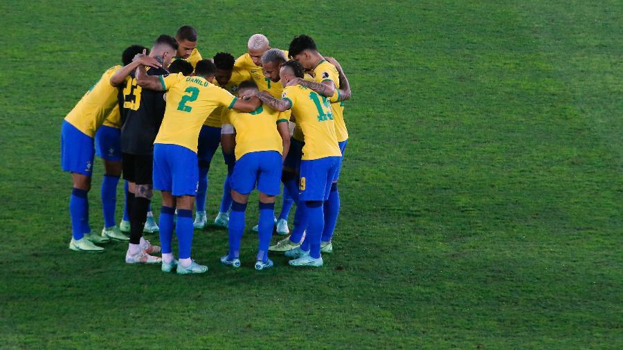 Jogadores da seleção brasileira abraçados antes de jogo da Copa América, em julho. Agora o desafio é pelas Eliminatórias - Miguel Schincariol/Getty Images