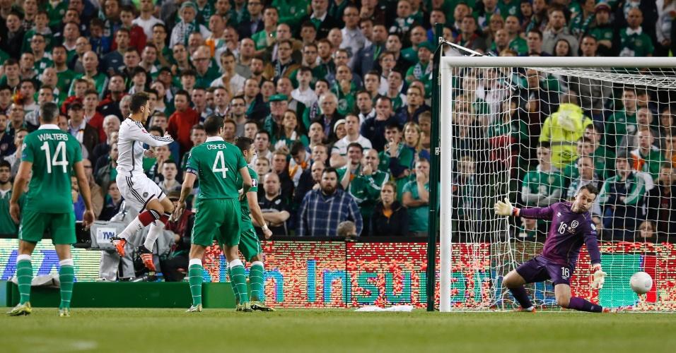 Özil cabeceia para o fundo das redes, mas o árbitro anula o gol na partida entre Alemanha e Irlanda do Norte