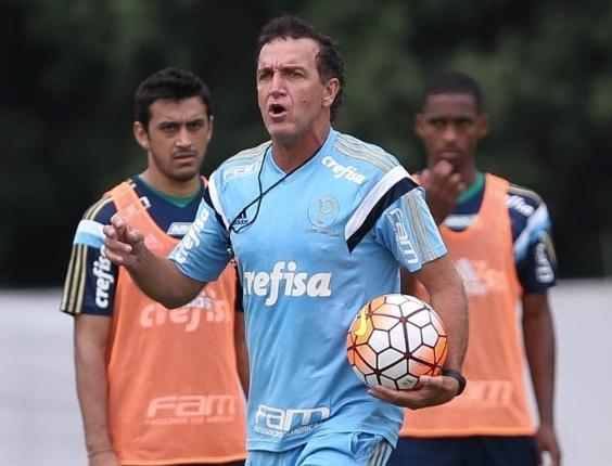 Robinho e Matheus Sales observam o técnico Cuca em ação no treino do Palmeiras