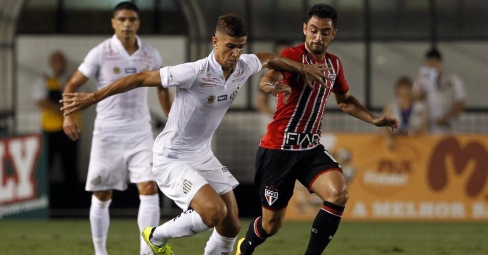Jogadores de Santos e São Paulo disputam bola em clássico na Vila Belmiro válido pelo Paulistão