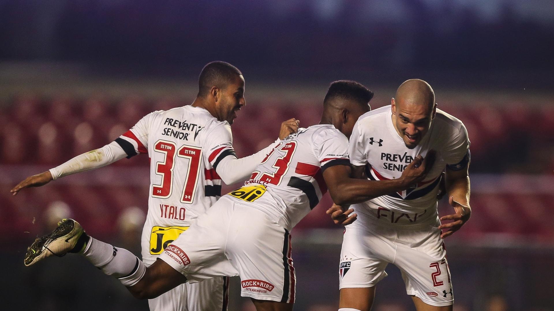 Maicon comemora após abrir o placar para o São Paulo contra o Atlético-PR