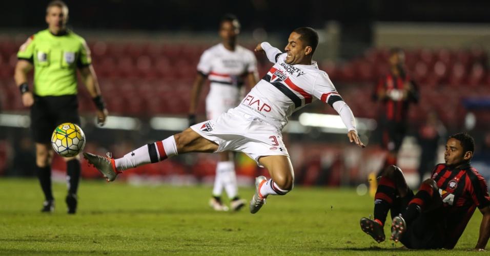 Ytalo tenta alcançar a bola na partida entre São Paulo e Atlético-PR pelo  Campeonato 97b54c7891d58